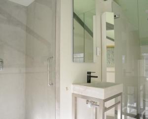 A bathroom at Heer&Meester Bed&Breakfast