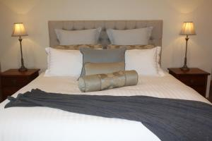 A bed or beds in a room at Drom Aluinn B & B
