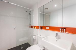 A bathroom at Oaks Melbourne South Yarra Suites