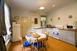 A kitchen or kitchenette at Lemonade Creek Cottages