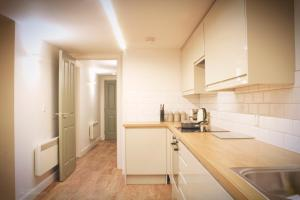 A kitchen or kitchenette at Homely Serviced Apartments - Figtree