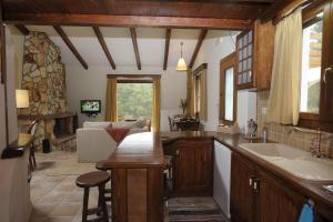 Η κουζίνα ή μικρή κουζίνα στο Απολιθωμένο Δάσος Holiday Villas