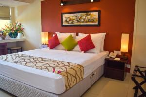 A bed or beds in a room at Fishermans Bay