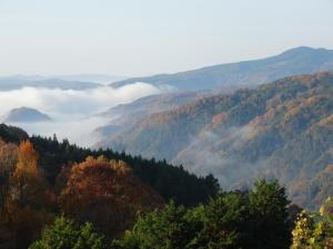 Vista generica sulle montagne o vista sulle montagne dall'interno del ryokan