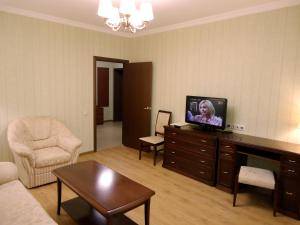A television and/or entertainment centre at Apart-Hotel Kurkino