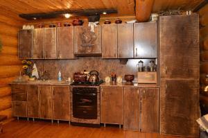 A kitchen or kitchenette at House Na Prokhladnoy