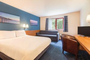A bed or beds in a room at Days Inn Magor