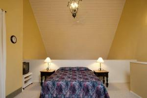 A bed or beds in a room at Innwest Kirkwood Inn