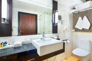 A bathroom at Holiday Inn Helsinki City Centre