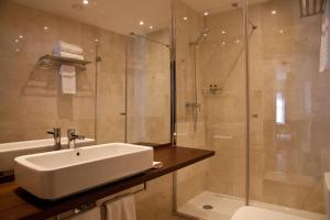 A bathroom at May Ramblas Hotel