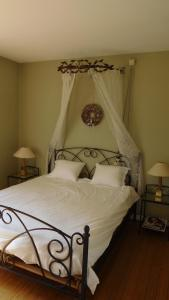 A bed or beds in a room at B&B Dreamcottage