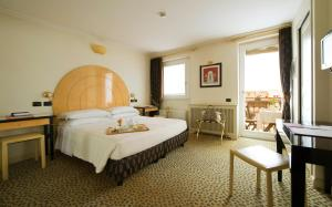 A bed or beds in a room at Hotel Gregoriana
