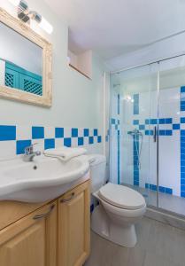 A bathroom at Platanos Cottage