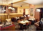 Ein Restaurant oder anderes Speiselokal in der Unterkunft Hotel De La Sure