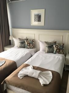 A bed or beds in a room at Avenue