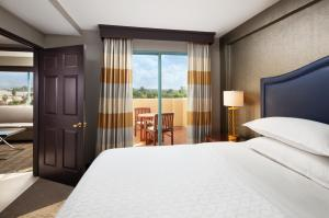 A bed or beds in a room at Sheraton Hotel Fairplex & Conference Center