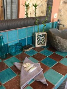 Salle de bains dans l'établissement Au Puits de la Fontaine