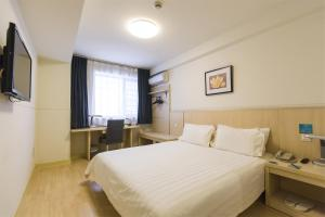 Кровать или кровати в номере Jinjiang Inn - Rizhao Haiqu Park