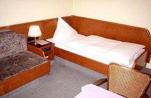 A bed or beds in a room at Hotel Goldinger