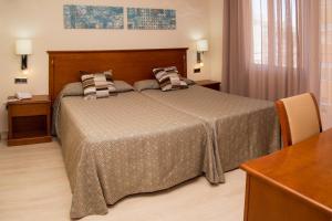 Een bed of bedden in een kamer bij Apartamentos Ecuador Park