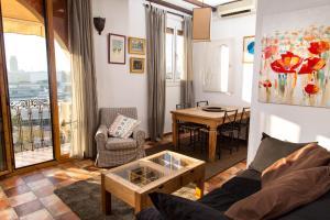 A seating area at Barceloneta Ramblas Apartments