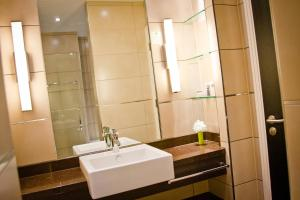 A bathroom at Holiday Inn Birmingham Airport - NEC