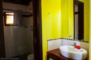 A bathroom at Areia Branca Apart Hotel
