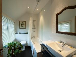 A bathroom at Brambletye Hotel