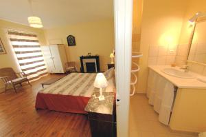 A bed or beds in a room at La Maison de MarieCamille