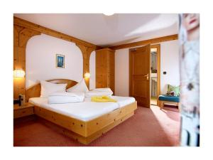 A bed or beds in a room at Alpenhotel Linserhof