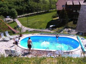 Ein Blick auf den Pool von der Unterkunft Vogtadeshof oder aus der Nähe