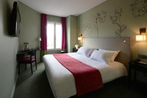A bed or beds in a room at Hôtel Orchidée