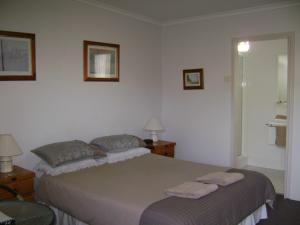A bed or beds in a room at River Park Motor Inn
