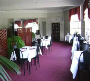 A restaurant or other place to eat at River Park Motor Inn