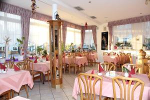 Ein Restaurant oder anderes Speiselokal in der Unterkunft Hotel- Restaurant Zum Kleinen König