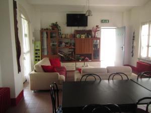 Ein Sitzbereich in der Unterkunft Ostello del Po