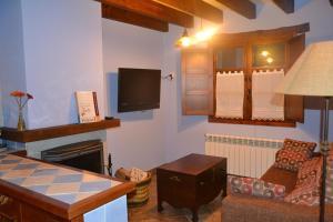 Una televisión o centro de entretenimiento en Apartamento La Casa del Abuelo Justo