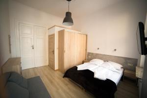Łóżko lub łóżka w pokoju w obiekcie OperaHostel