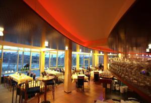 Ein Restaurant oder anderes Speiselokal in der Unterkunft Stausee-Hotel