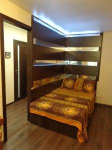 Двухъярусная кровать или двухъярусные кровати в номере Апартаменты у метро