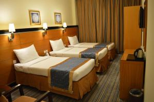 سرير أو أسرّة في غرفة في فندق الإيمان طيبة