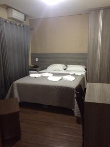 A bed or beds in a room at Cristal Park Hotel