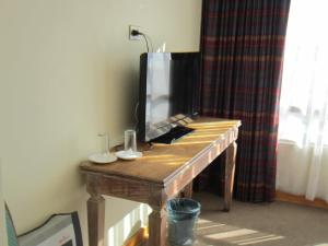 Una televisión o centro de entretenimiento en Hotel Canto del Mar