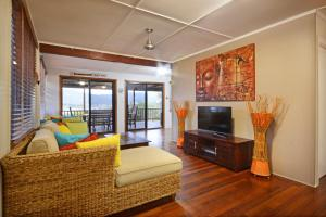 A seating area at Airlie Getaway - Airlie Beach