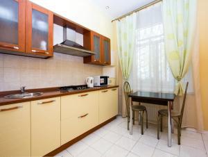 A kitchen or kitchenette at ApartLux Park Pobedy 2