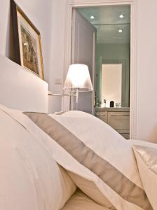 A bed or beds in a room at Le Boudoir 137