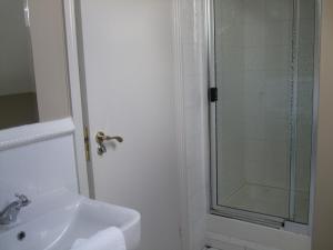 A bathroom at Harmony Inn - Glena House