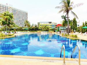 The swimming pool at or close to Pattaya Jomtien Holiday Apartments in Jomtien Beach Condominiums