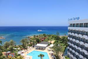 Вид на бассейн в Crystal Springs Beach Hotel или окрестностях