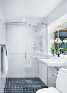 A bathroom at Hotell Danderyds Gästeri
